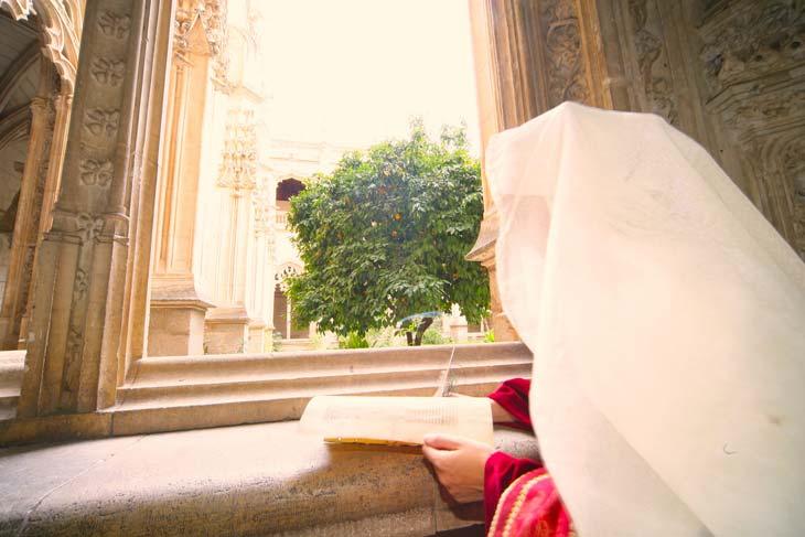 Chica escribiendo en el Monasterio de San Juan de los Reyes