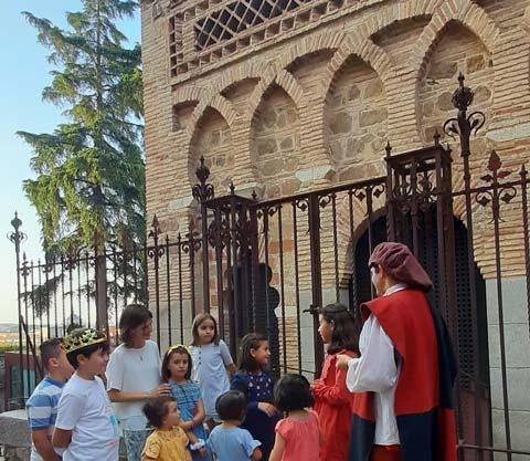 Família delante de la mezquita