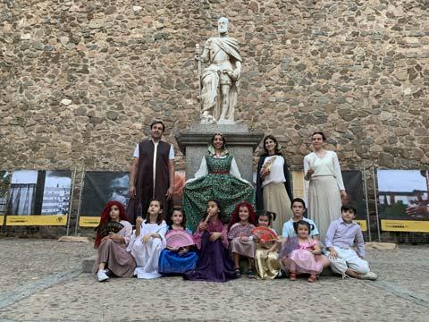 Niños y niñas vestidos del Siglo de Oro