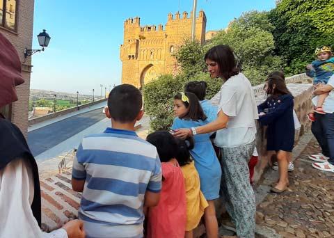 Famílias delante de la Puerta del Sol