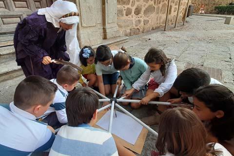 Niños jugando a damas y caballeros