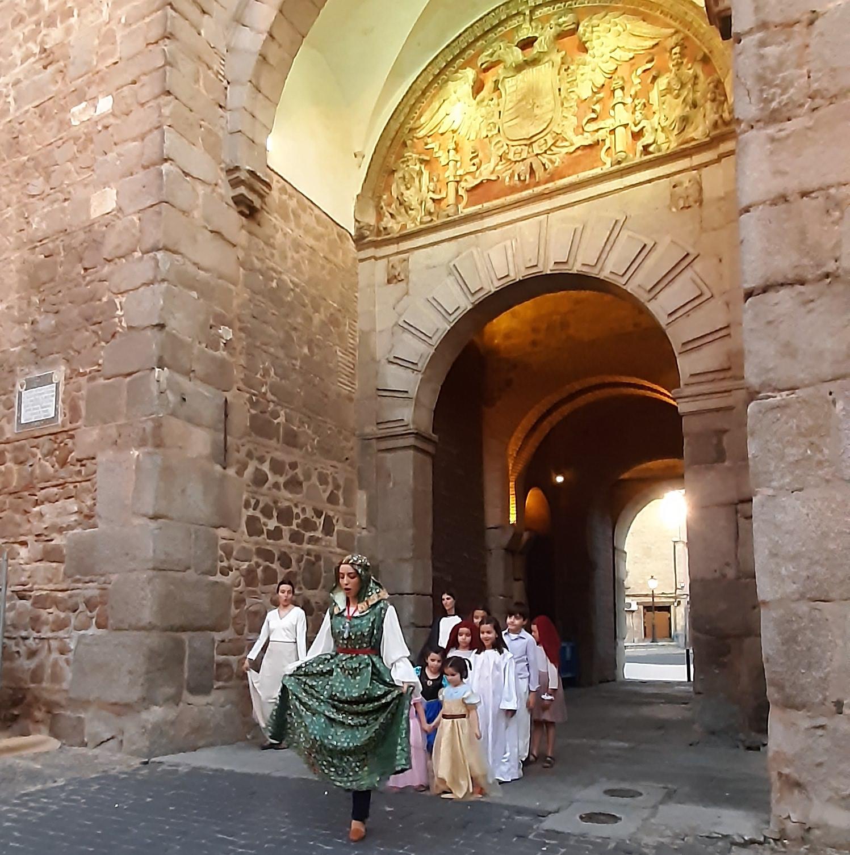 Niños vestidos de época, capas y espadas para los galanes de la corte