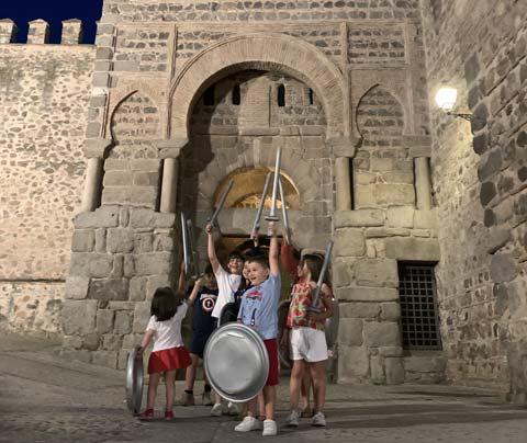 Niños con espadas y escudos de juguete