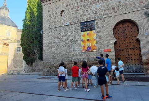 Niños delante de un monumento de un pueblo godo