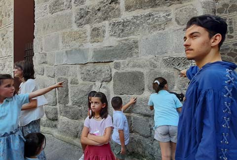 Niños delante de la Torre del Salvador