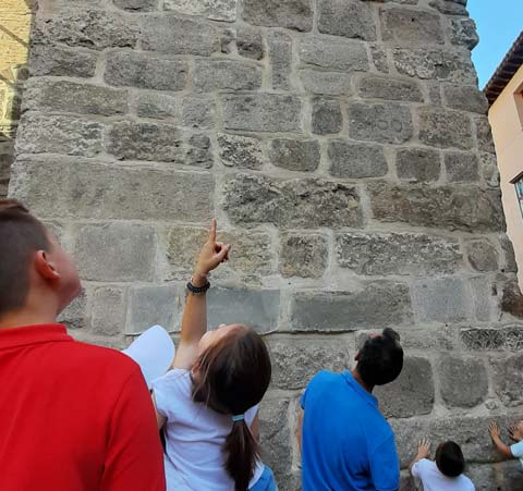 Niños señalando a la Torre del Salvador