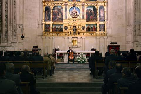 Chico tocando la viola en el Monasterio de San Juan de los Reyes