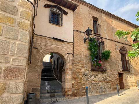 Entrada a un callejón judío de Toledo