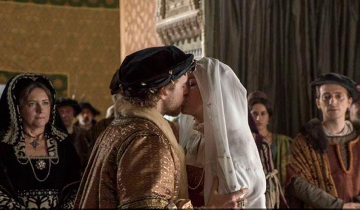Carlos besa a Isabel en la Boda