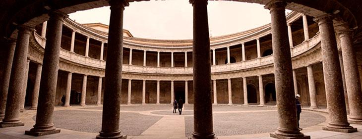 Patio Palacio de Carlos V en Granada