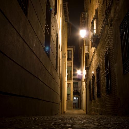 Toledo nocturno calle estrecha